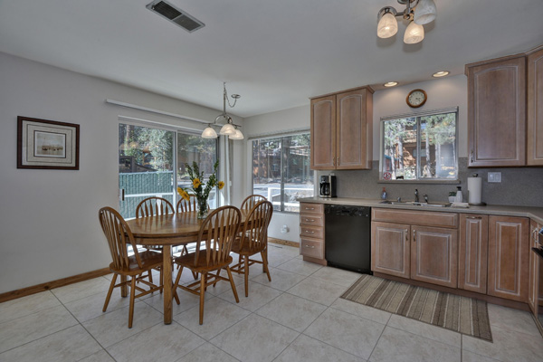 Donner Lake House - Kitchen/Dining area
